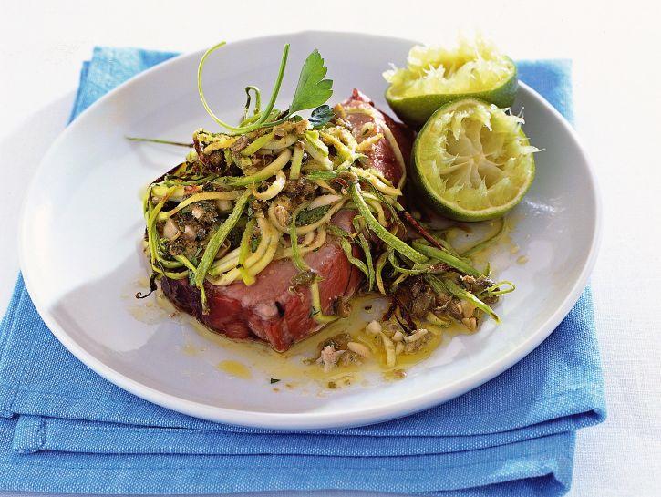 Ricetta Tranci di tonno con julienne di zucchine e capperi